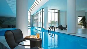 GRECOTEL Rhodos Royal Hallenbad mit Relaxzone und vielen Liegen