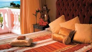 GRECOTEL Mandola Rosa Suites und Villas Schlafzimmer im Haupthaus