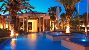 GRECOTEL Creta Palace beleuchteter Pool in der Gartenanlage am Abend