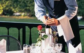GRECOTEL Pella Beach Kellner Service im Restaurant in der Gartenanlage