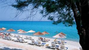 GRECOTEL Pella Beach Liegen und Sonnenschirme direkt am Strand
