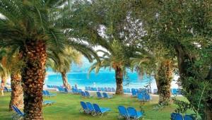 GRECOTEL Daphnila Bay Liegen in der Gartenanlage mit Blick auf den Pool