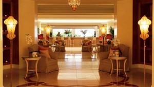 GRECOTEL Eva Palace Lobby mit Rezeption und Check-In im Hotel