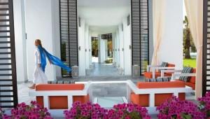 GRECOTEL Creta Palace Lounge im Außenbereich an der Gartenanlage