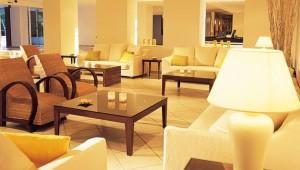 GRECOTEL Pella Beach Check In und Rezeption in der Lounge mit Sitzecke
