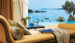 GRECOTEL Corfu Imperial Luxus Liege im Palazzo mit Meerblick auf die Boote