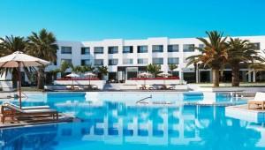 GRECOTEL Creta Palace Anblick auf das Hotel mit Pool und Gartenanlage