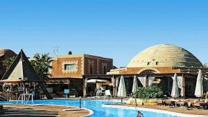 CLUB CALIMERA Habiba Beach Bungalows und Haupthaus mit Pool und Liegen