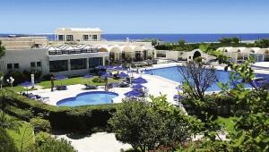 CLUB CALIMERA Sunshine Kreta Überblick auf den Pool und die Hauptbar