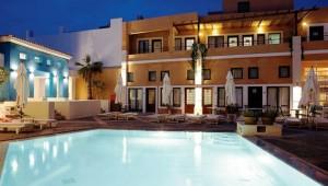 GRECOTEL Plaza Spa Apartments großer Pool und Hauptgebäude am Abend