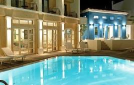 GRECOTEL Plaza Spa Apartments großer Pool mit Hauptgebäude am Abend