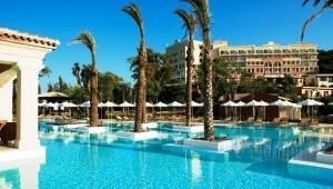 GRECOTEL Eva Palace großer Pool mit Palmeninseln vor dem Haupthaus