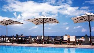 GRECOTEL Plaza Spa Apartments großer Pool mit Sonnenschirmen und Liegen