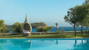 GRECOTEL Cape Sounio Pool und Sitzecke mit Blick auf den Poseidon Tempel