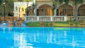 GRECOTEL Corfu Imperial Pool & Terrasse neben dem Hauptgebäude