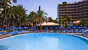FUN CLUB Barceló Margaritas Park Überblick über den Pool inmitten des Gartens
