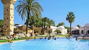 CLUB CALIMERA Rosa Rivage Ausblick auf den Pool und die große Gartenanlage