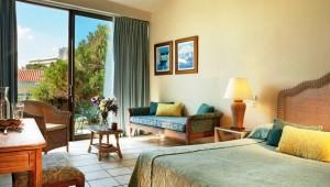 GRECOTEL Rhodos Royal Doppelzimmer mit Balkon und Blick auf den Pool