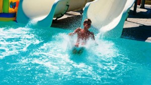 GRECOTEL Royal Park zwei Rutschen am Pool für Groß und Klein