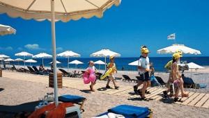 GRECOTEL Rhodos Royal Strand und Meer mit Liegen und Sonnenschirmen