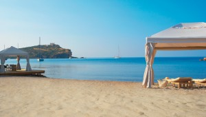 GRECOTEL Cape Sounio Strand mit Pavillon und Ausblick auf den Poseidon Tempel