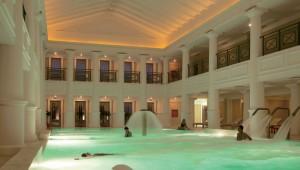 GRECOTEL Mandola Rosa Suites und Villas Thalasso Pool am Abend im Spa
