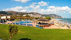 CLUB CALIMERA Sirens Beach Übersicht über die Hotelanlage und die Strandbar