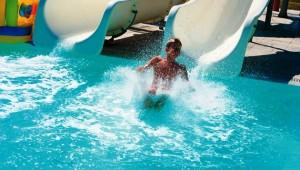 GRECOTEL Rhodos Royal zwei Wasserrutschen im Pool für Groß und Klein