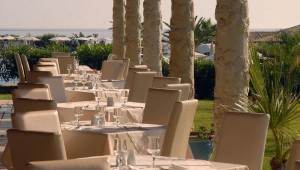 FUN CLUB Aquis Sandy Beach Resort Restaurant auf der Terrasse mit Meerblick