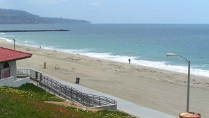 Rundreise USA WestküsteRedondo Beach Promenade mit Aussicht auf das Meer.