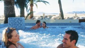 FUN Club RIU Oliva Resort warmer Jacuzzi mit tollem Ausblick auf das Meer