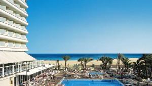FUN Club RIU Oliva Resort Überblick über den Pool und den schönen Strand