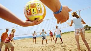 FUN Club RIU Oliva Resort Beachvolleyball spielen am Strand mit Gästen