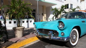 Florida Rundreise Altes Amerikanisches Auto parkt am Ocean Drive in Miami