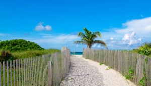 Florida Rundreise Weg führt zum Strand von South Beach in Miami Beach