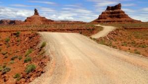 USA Reise Westküste Straße führt durch den kargen Canyonlands Nationalpark