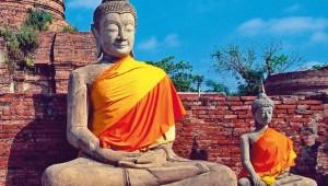 Thailand Rundreise Meditierende Buddha Statuen an einem Buddhistischen Tempel