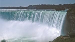 USA Rundreise Ostküste Die Niagara Fälle liegen an der Grenze zwischen Kanada und den USA