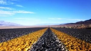 West USA Rundreise Typische Straße durch die endlos kargen Wüsten im Westen der USA