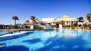 ALDIANA Andalusien Überblick über den Pool und Aussicht auf das Hotelgebäude