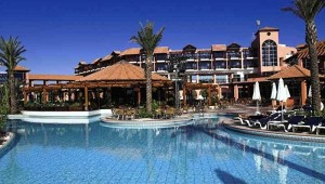 ALDIANA Zypern Überblick über die weitläufige Anlage mit Pool und Garten