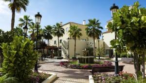 FUN CLUB Isabel Hotelgebäude mit Gartenanlage und Brunnen