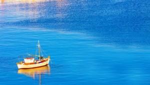 Inselhopping Griechenland Santorini Boot auf dem Meer vor der Küste