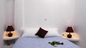 Inselhopping Griechenland Doppelzimmer Bett in den Remezzo Villas Santorini