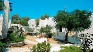 Inselhopping Griechenland Garten und Bungalowanlage im Hotel Svoronos Paros