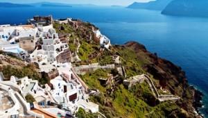 Inselhopping Griechenland Küste von Oia auf Santorin mit Blick auf den Vulkan
