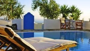 Inselhopping Griechenland Pool mit Liegen und tollem Meerblick Remezzo Villas
