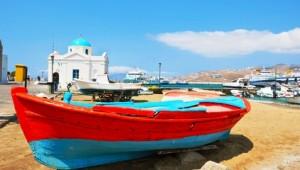 Inselhopping Griechenland Fischerboot im Hafen von Santorin mit Strand