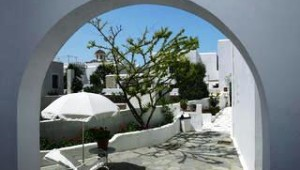 Inselhopping Griechenland Terrasse und Bungalowanlage Hotel Svoronos