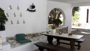 Inselhopping Griechenland Terrasse und Gartenanlage des Hotel Svoronos